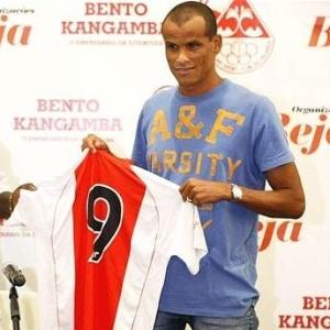 O meia Rivaldo é apresentado no Kabuscorp, da Angola, e posa com a nova , de número 9