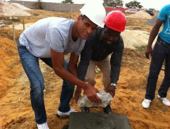 Rivaldo apresenta pedra fundamental em construção de igreja em Angola