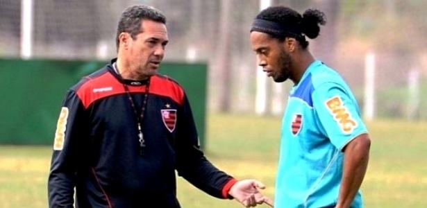 Vanderlei Luxemburgo conversa com Ronaldinho durante treino do Flamengo