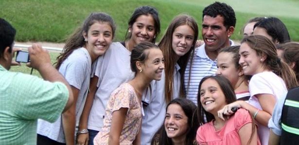 Carlos Tevez posa para foto com fãs