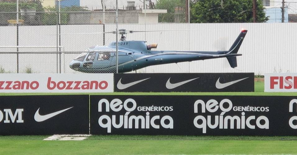 Emerson Sheik chega de helicóptero ao CT Joaquim Grava