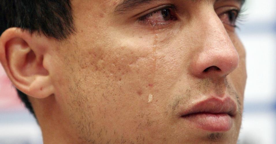 Jadson chora em sua despedida do Shakhtar. Ele acertou com o São Paulo (16/01/2012)