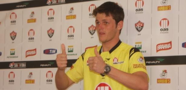 Goleiro Renan é apresentado como jogador do Vitória