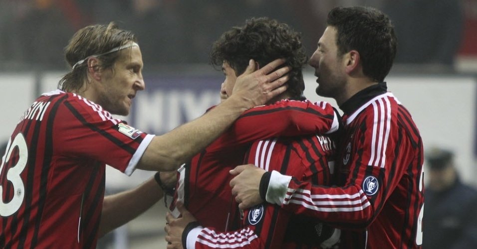 Atacante Alexandre Pato é abraçado pelos companheiros do Milan
