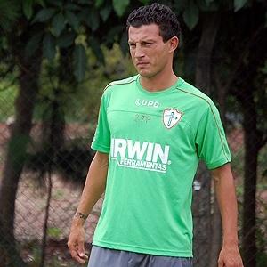 Zagueiro Gustavo participa de um treinamento pela Portuguesa