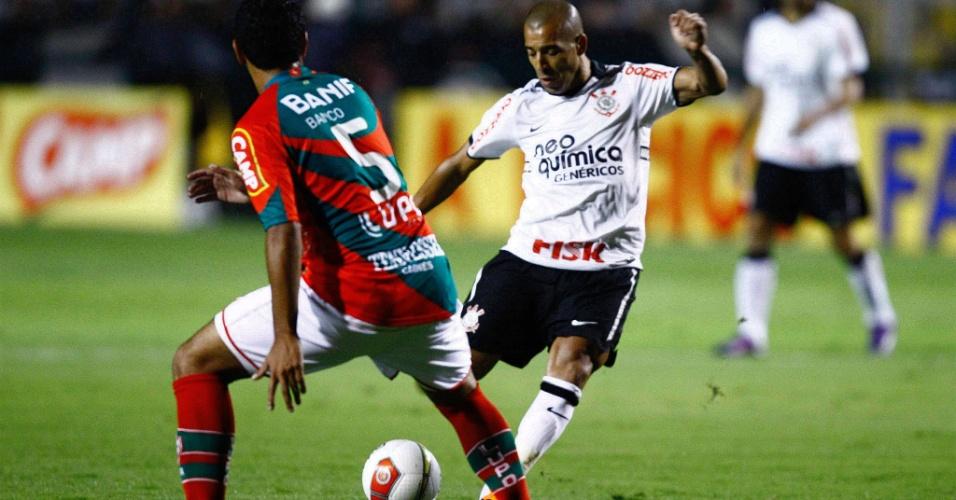 Emerson Sheik prepara o chute, durante amistoso Corinthians x Portuguesa