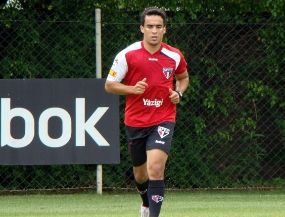 Meia do São Paulo, Jadson corre no gramado do CT da Barra Funda (19/01/2012)