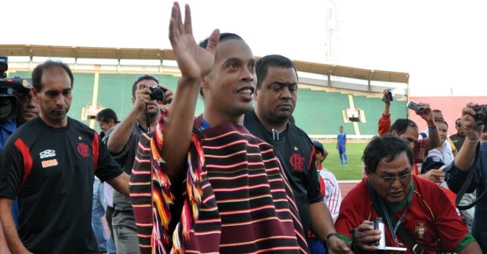Ronaldinho usa traje típico boliviano na chegada do Flamengo a Sucre