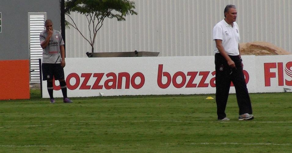 De longe, Adriano observa Tite durante treino do Corinthians