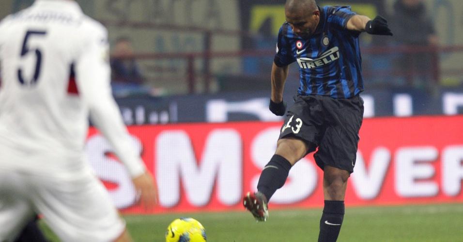 Maicon chuta de fora da área para marcar golaço pela Inter de Milão contra o Genoa pela Copa da Itália