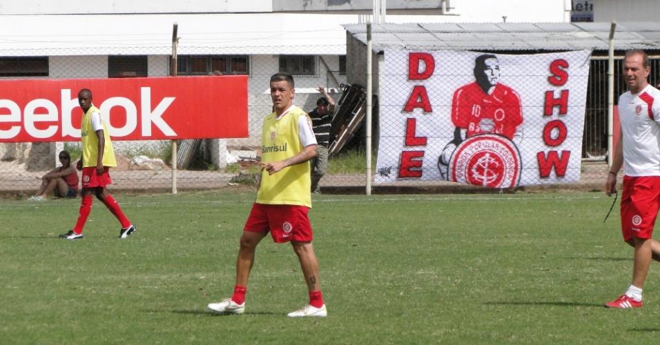 Meia D'Alessandro do Inter treina com uma faixa em sua homenagem ao fundo (20/01/2012)