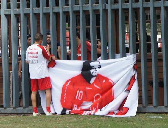 Meia D'Alessandro ganhou uma bandeira de uma torcida organizada do Inter com a sua imagem (20/01/2012)
