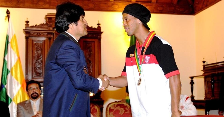 Ronaldinho Gaúcho cumprimenta o presidente da Bolívia, Evo Morales, em evento em Sucre