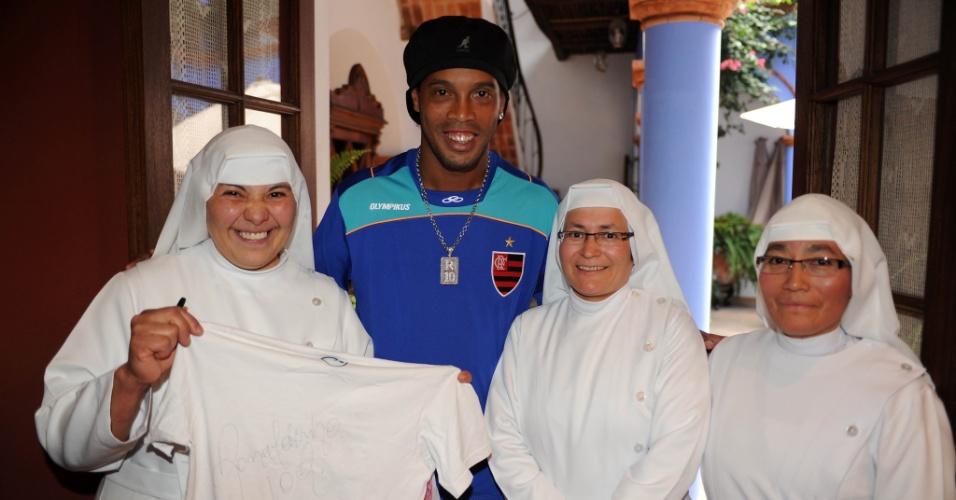 Freiras posam ao lado de Ronaldinho Gaúcho em Sucre, na Bolívia