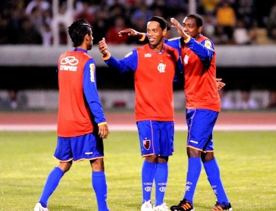 Léo Moura, Ronaldinho e Renato Abreu comemoram o gol do Flamengo em jogo-treino