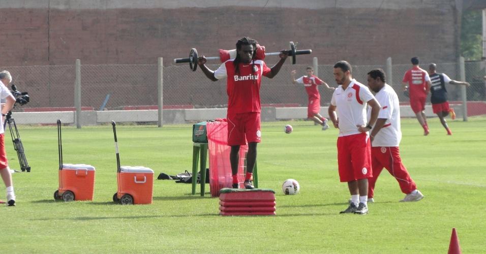 Volante e meia Tinga realiza fisioterapia durante treino do Internacional (21/01/2012)