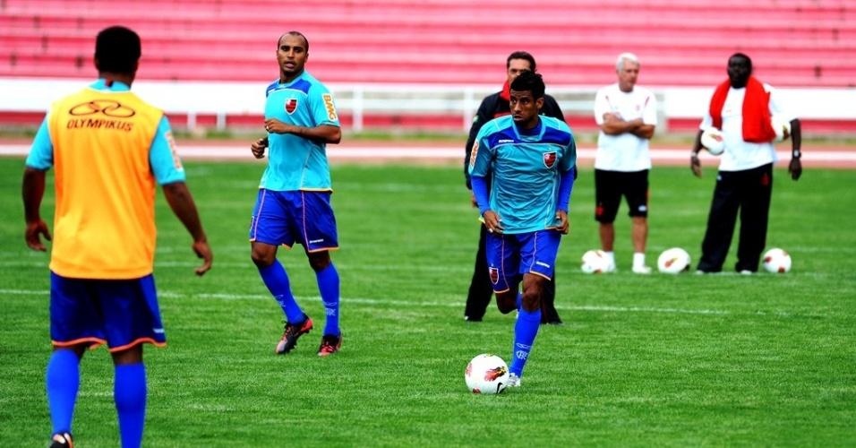 Léo Moura conduz a bola durante treinamento do Flamengo em Sucre, na Bolívia