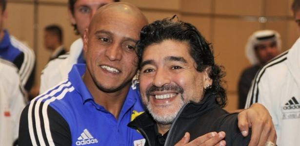 Em visita à Rússia, Maradona ganha abraço de Roberto Carlos