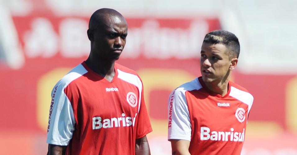 Lateral Kleber e meia D'Alessandro conversam durante treino do Inter no Beira-Rio (23/01/2012)
