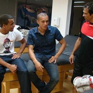 Miranda conversa com Lucas e Milton Cruz no CT do São Paulo