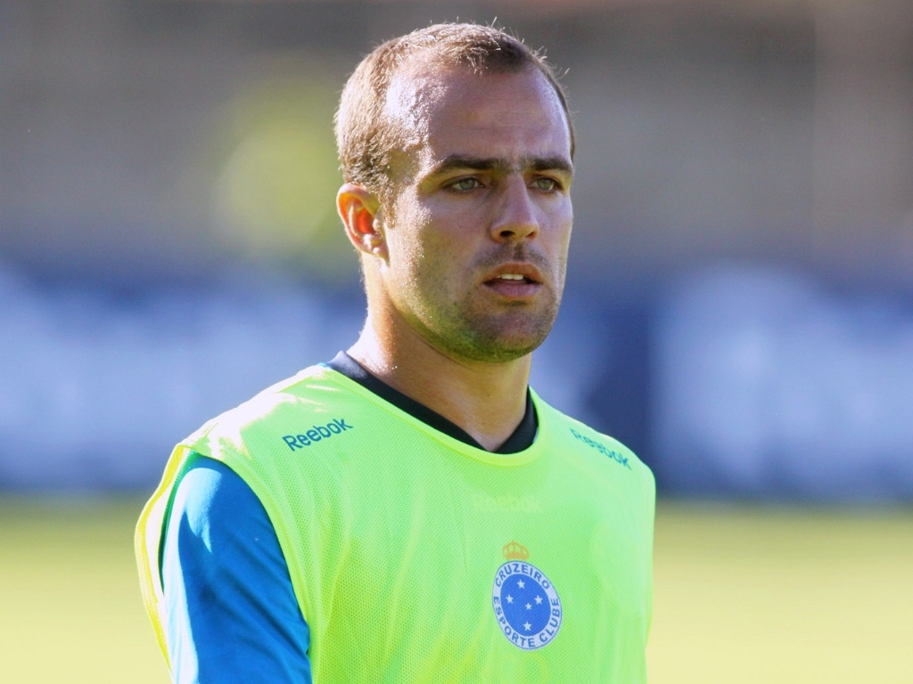 Meia Roger participa da pré-temporada do Cruzeiro (18/1/2012)