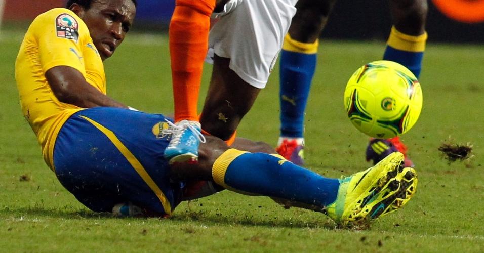 23.jan.2012 - O jogador do Níger Amadou Moutari tem a perna quebrada em entrada de Nguema Ondo, do Gabão, durante a Copa Africana de Nações