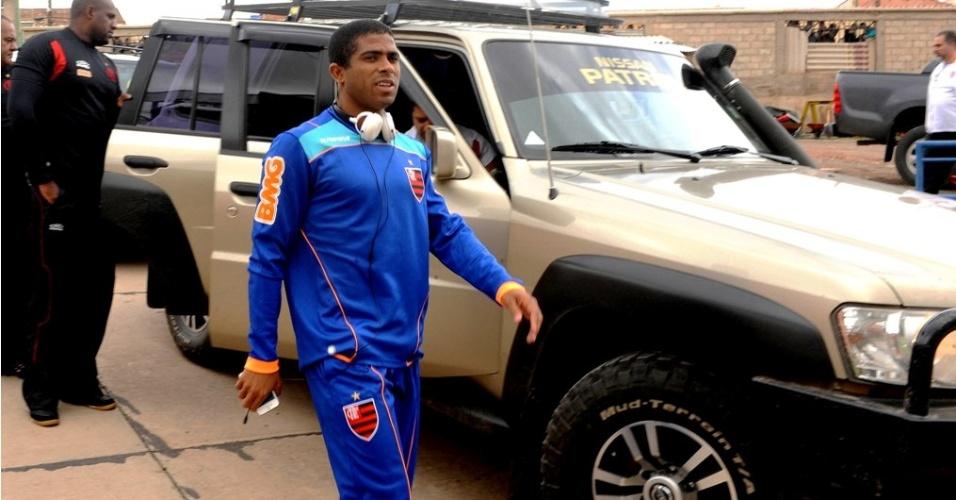Júnior César chega de carro para treino do Flamengo em Potosí