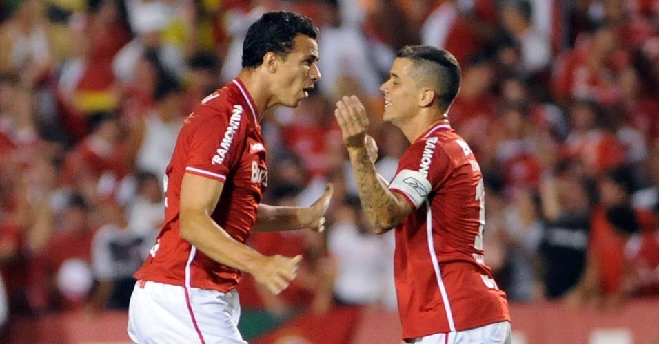 Leandro Damião e o meia D'Alessandro na partida contra o Once Caldas no estádio Beira-Rio (25/01/2012)