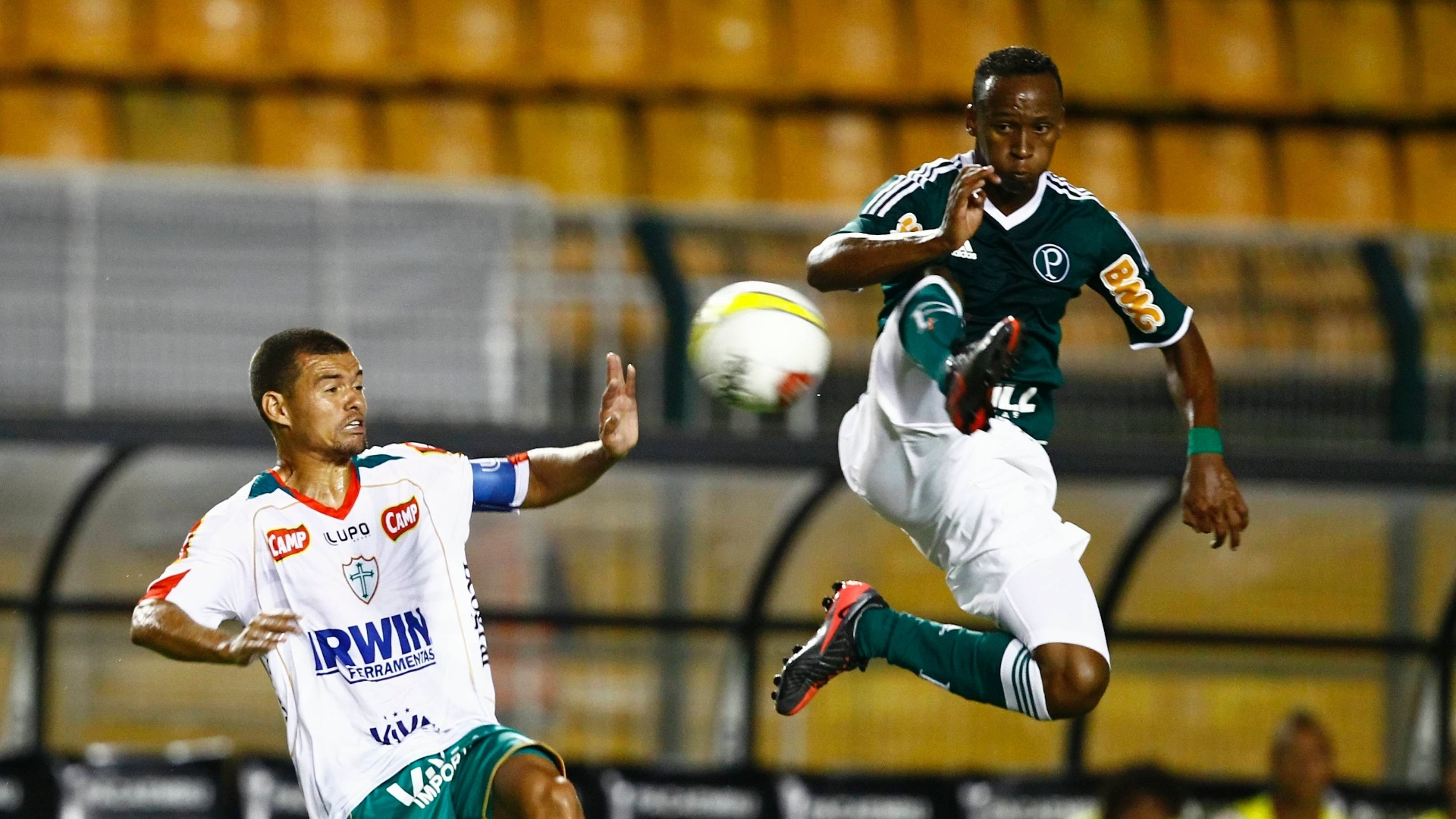 O meia Tinga disputa a bola com Marcelo Cordeiro, da Portuguesa