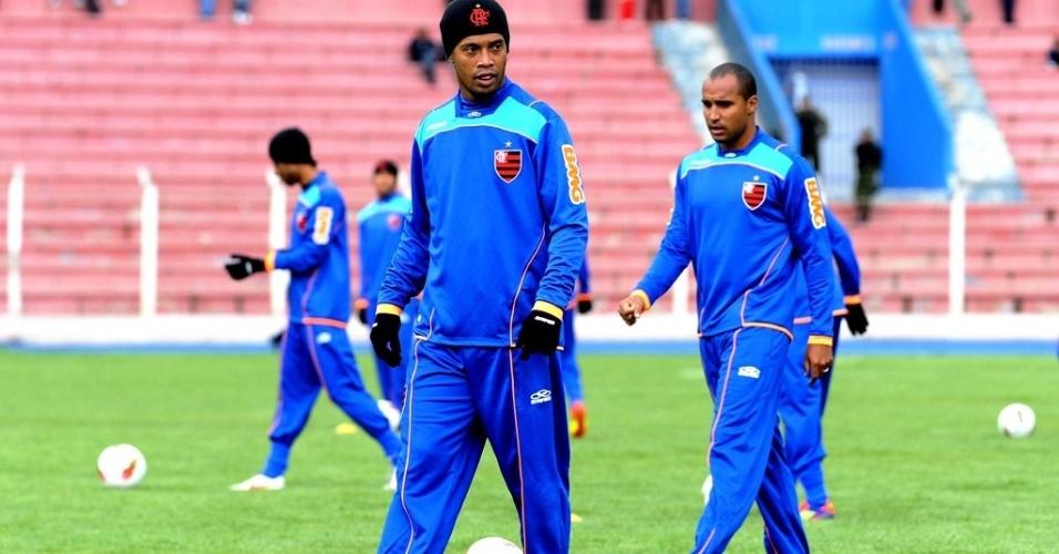 Ronaldinho Gaúcho (E) e Deivid encaram o frio de Potosí-BOL durante treino do Flamengo