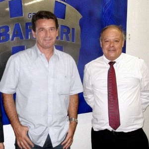 Ao lado do presidente Domingos Brito, Giba (e) é apresentado como novo técnico do Grêmio Barueri