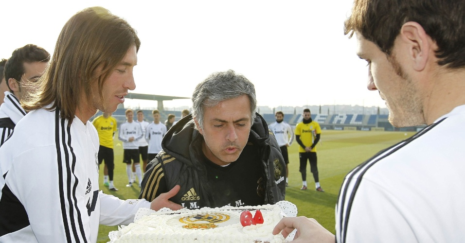 Sergio Ramos (e) e Casillas (d) levam bolo de aniversário para o técnico José Mourinho no treino do Real Madrid (26/01/2012)
