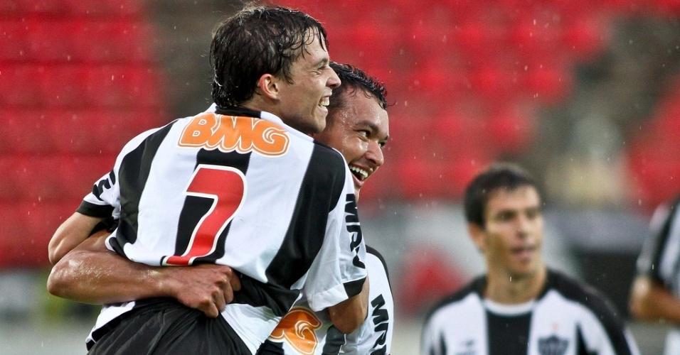 Bernard comemora o seu primeiro gol como profissional do Atlético-MG (29/1/2012)