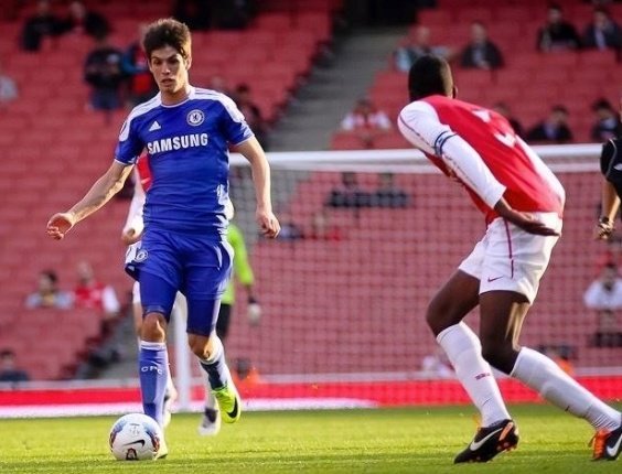 O meia Lucas Piazon em ação pelo time reserva do Chelsea