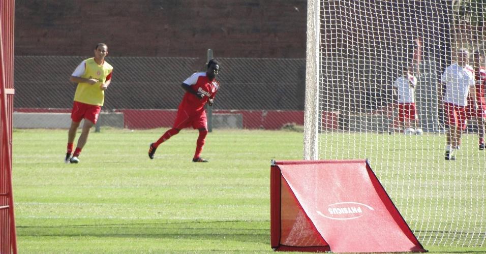 Tinga participou do último treino do Internacional antes da partida contra o Once Caldas na Colômbia (30/01/2012)