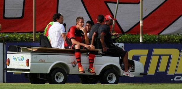 Gabriel, zagueiro do Vitória, deixa o campo machucado na partida contra o Itabuna, no Barradão (29/01/2012)