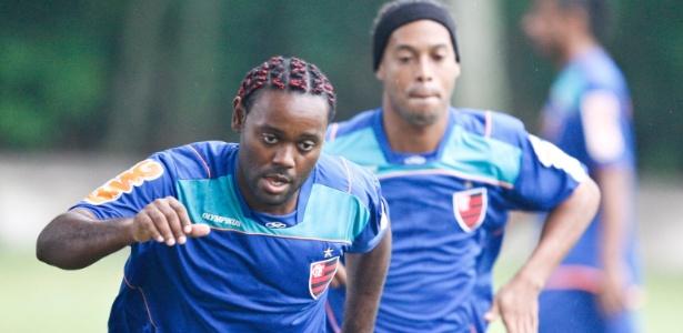 V. Love e Ronaldinho podem passar um mês apenas treinando em caso de eliminação