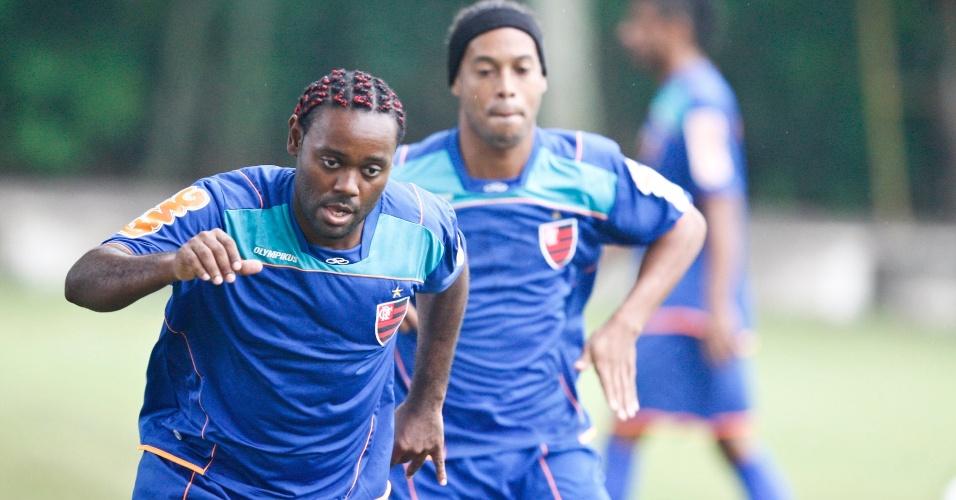 Vagner Love treina no Flamengo e é acompanhado por Ronaldinho Gaúcho (31/01/2012)
