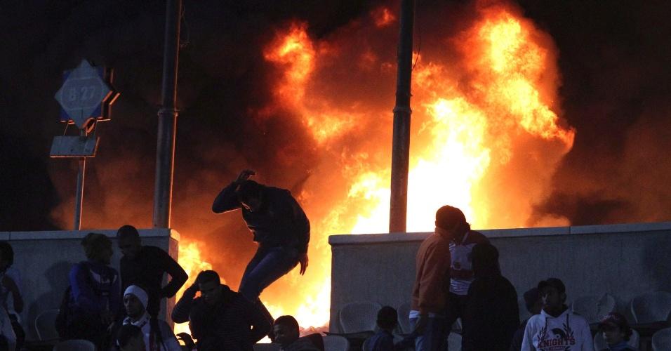 Cena da briga que causou dezenas de morte em jogo de futebol no Egito