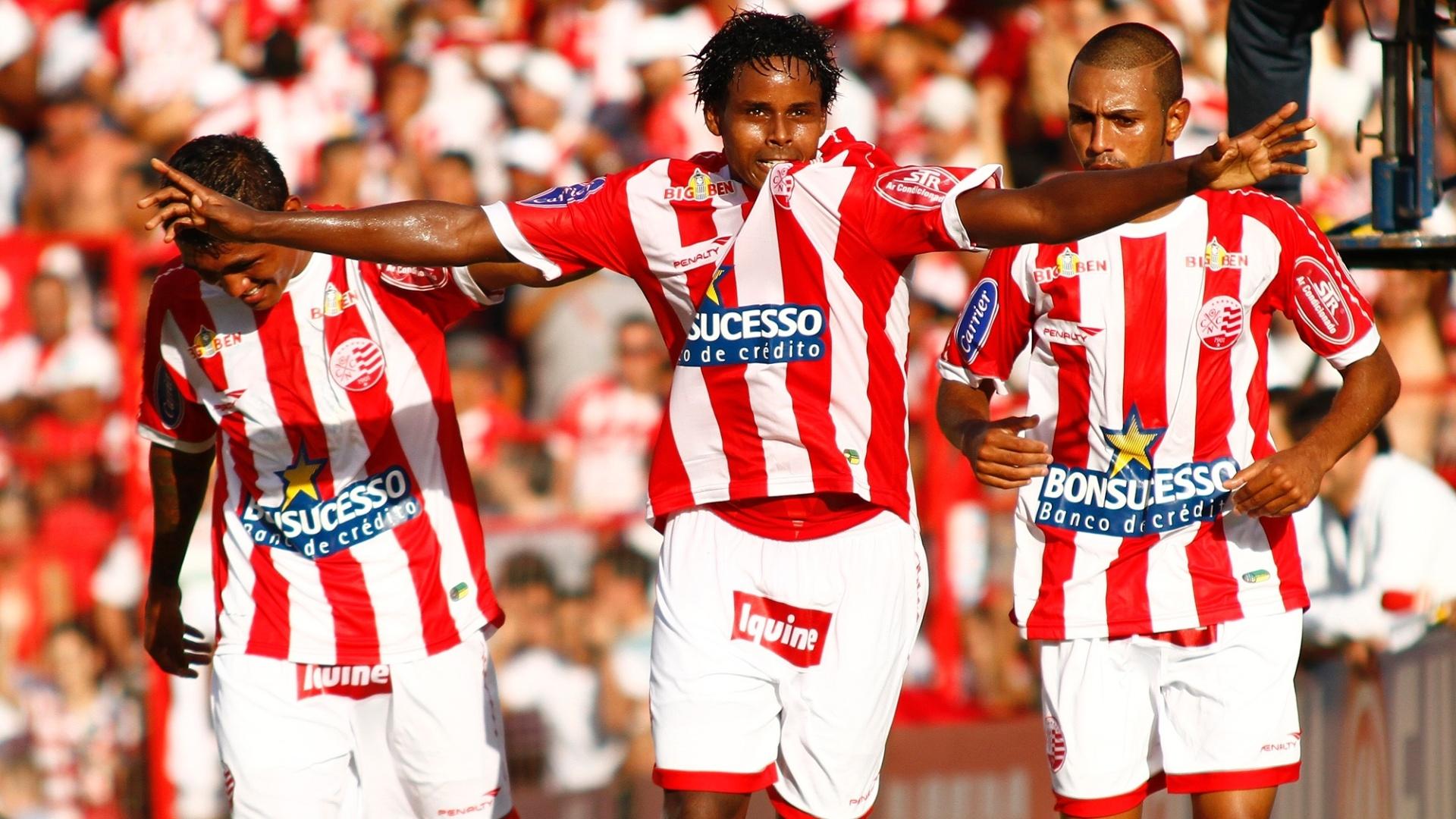 Volante Elicarlos comemora um gol pelo Náutico durante o clássico diante do Sport em 2011