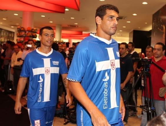 Bernardo e Diego Souza no lançamento do novo terceiro uniforme do Vasco