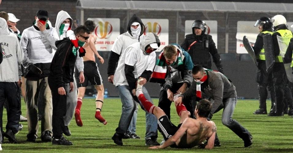 Hooligans invadem campo na Polônia (03/05/2011)
