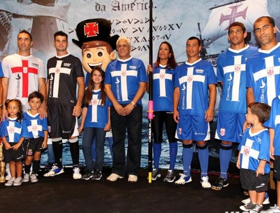 Jogadores do Vasco e Roberto Dinamite posam com o novo terceiro uniforme do Vasco