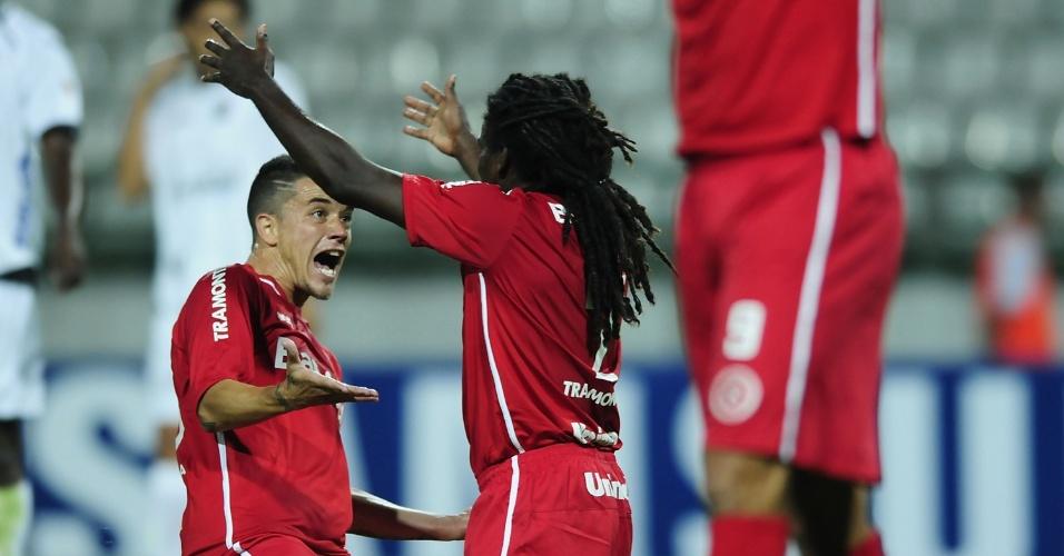 Tinga e D'Alessandro comemoram gol do Inter contra o Once Caldas na Colômbia (01/02/2012)