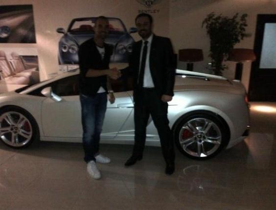 Diego Tardelli mostra seu novo carro no Qatar