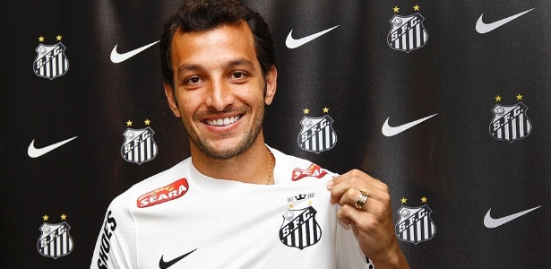 O zagueiro Edu Dracena veste o novo uniforme do Santos, agora patrocinado pela Nike