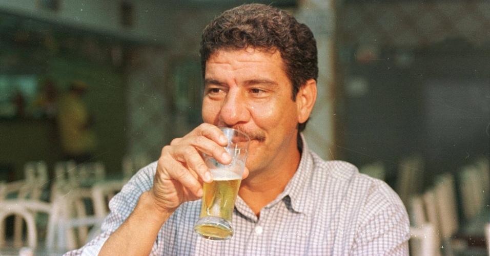 Joel Santana toma chopp em bar no Rio de Janeiro em 1995