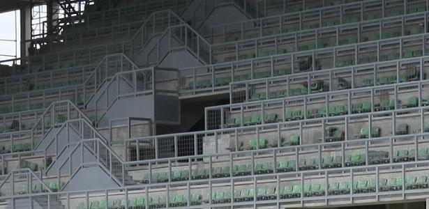 Grades de proteção prejudicam visibilidade no anel superior do estádio