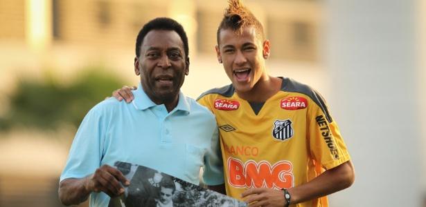 Pelé (e) e Neymar posam juntos durante treino do Santos em 2011