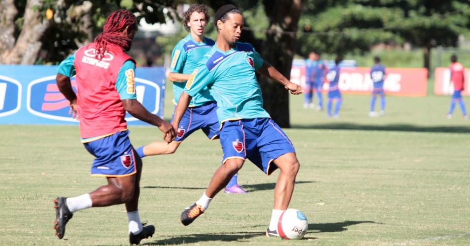 Marcado por Vagner Love, Ronaldinho tenta jogada em treino do Flamengo (04/02/2012)